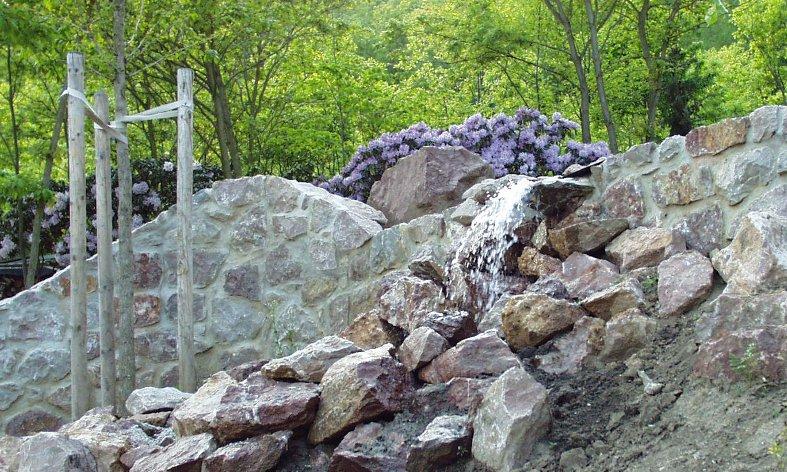 dynamická voda v zarhadě u rodinné vily v Černošicích