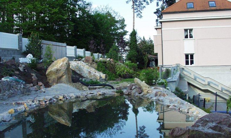 vodní plocha v zahradě u rodinné vily v Černošicích