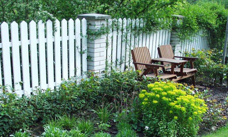 intimní posezení zahrady rodinné vily v Černošicích