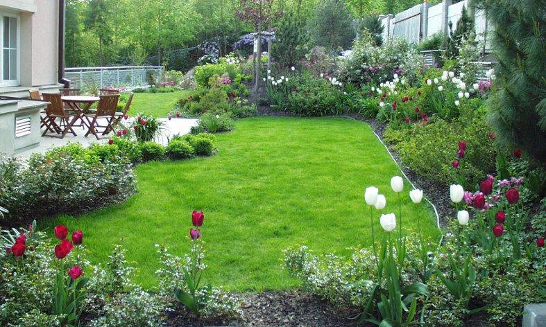 pohled na obytnou terasu zahrady u rodinné vily v Černošicích