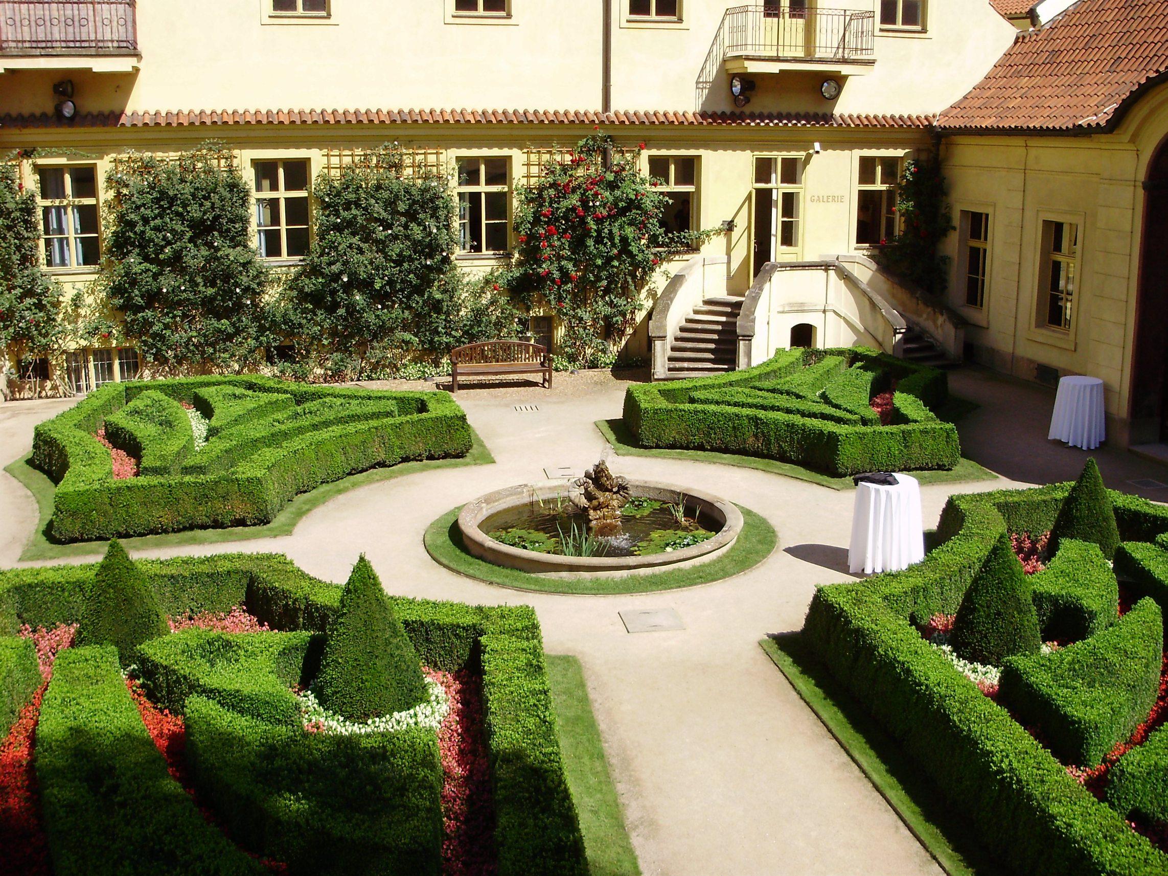 Vrtbovská zahrada - pohled do dvora s fontánou