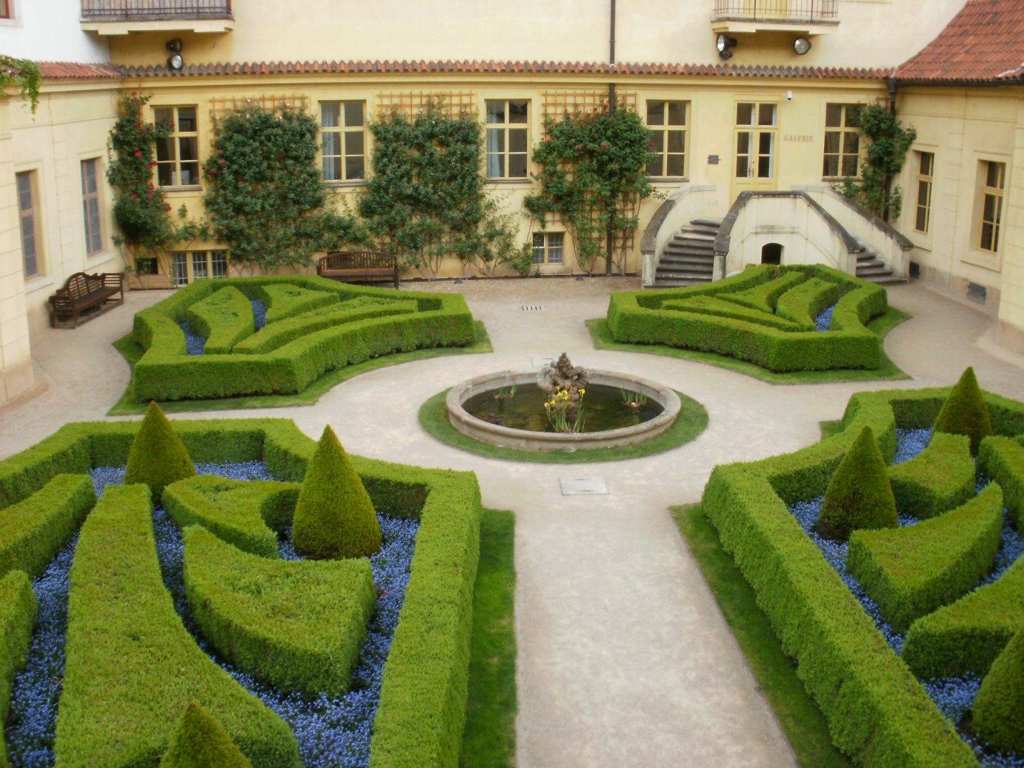 Vrtbovská zahrada - pohled na dvůr s fontánou