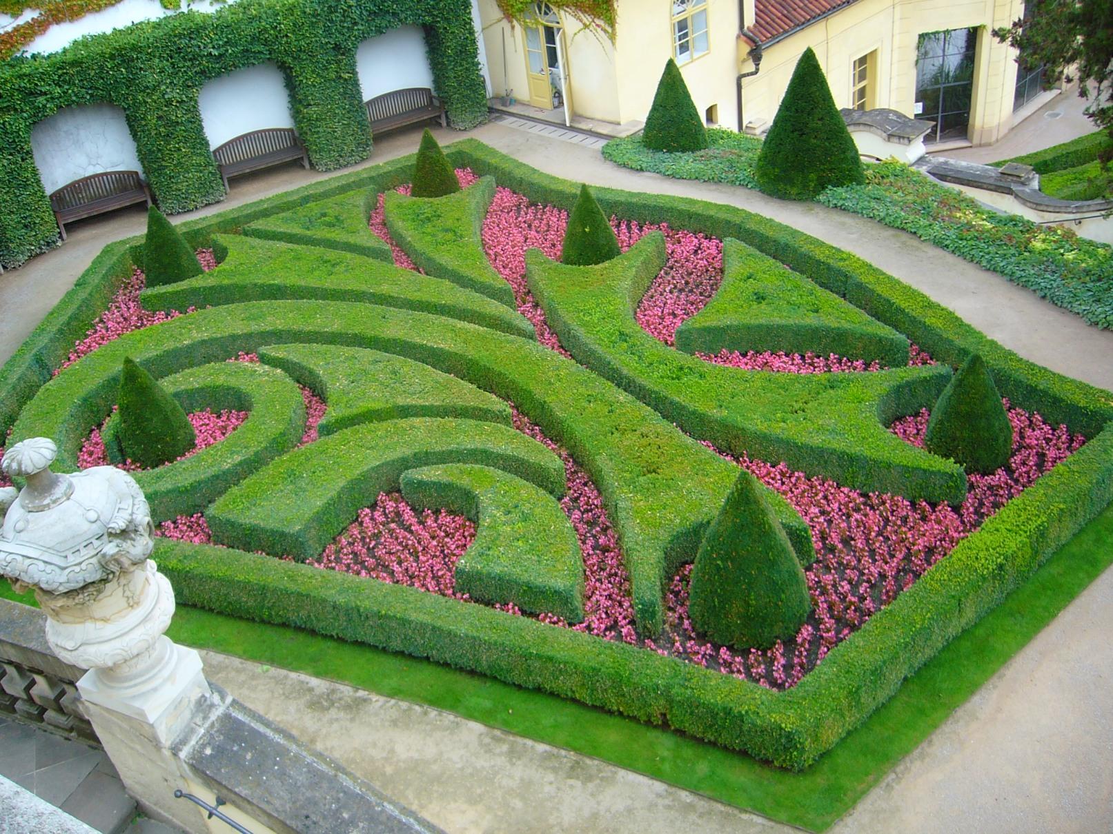 Vrtbovská zahrada - stříhané živé ploty