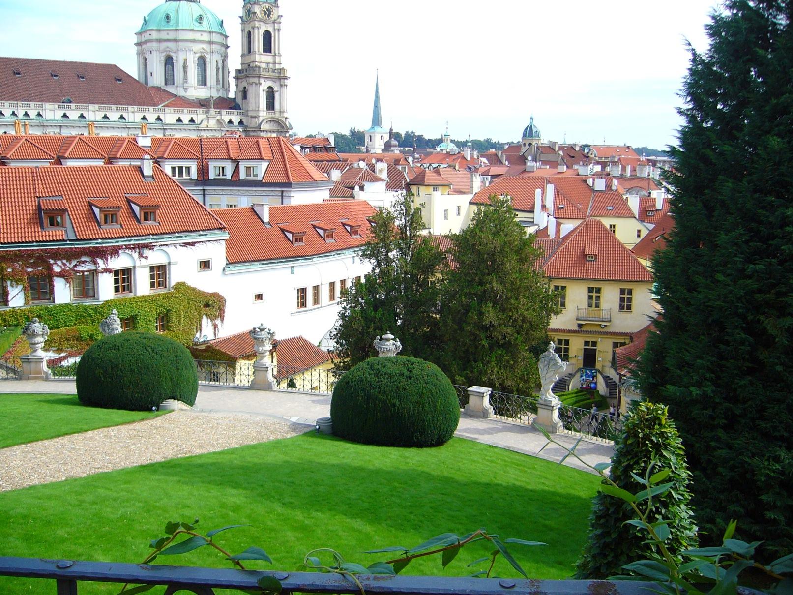 Vrtbovská zahrada - pohled s kulisou kostela sv. Mikuláše